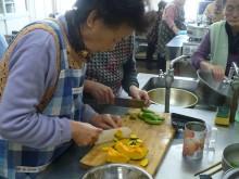 手際よく食材を切っていきます。